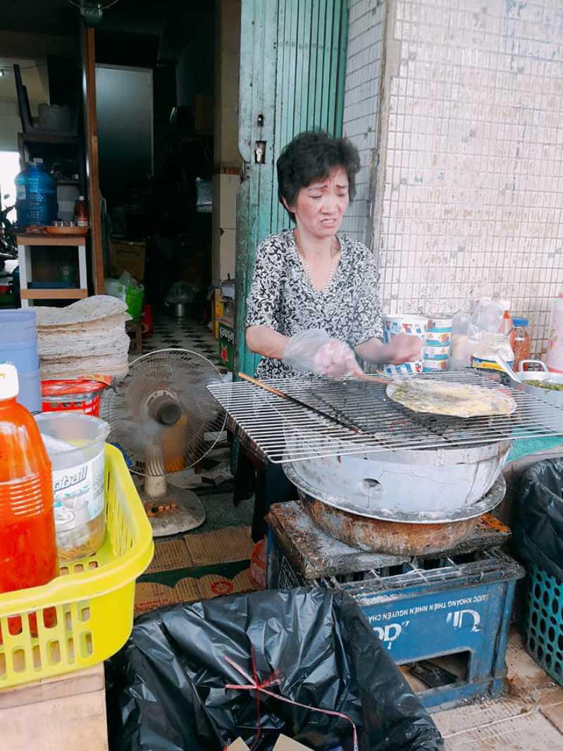 Bà Khùng - nguyên nhân tồn tại của bánh tráng nướng 61 Nguyễn Văn Trỗi ở Đà Lạt