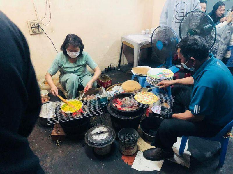 Khung cảnh làm bánh tráng nướng Bùi Thị Xuân ở Đà Lạt