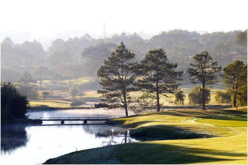 Khung cảnh thơ mộng xinh đẹp ở Đà Lạt - Sân Golf Đồi Cù