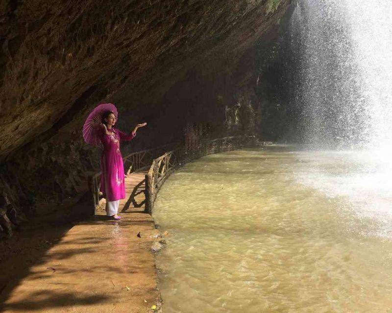 Khung cảnh dưới chân thác Prenn ở tp Đà Lạt