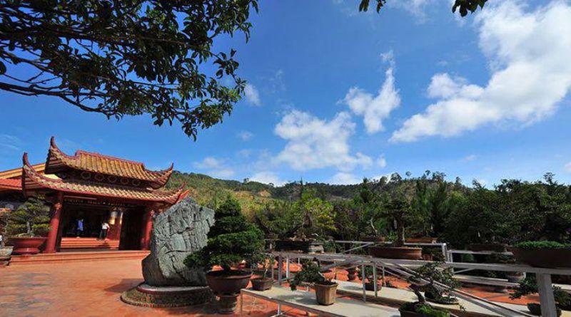 Khuôn viên cực rộng với nhiều chậu hoa cây cảnh ở Thiền viện Trúc Lâm
