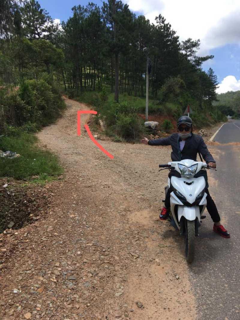 con đường dóc đầu tiên dẫn từ đường quốc lộ vào tuyệt tình cốc