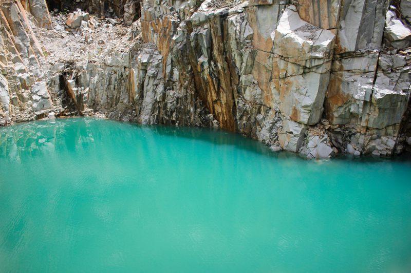 Tuyệt Tình Cốc Đà Lạt với hồ nước màu xanh ngọc bích và những vách đá cao với nhiều màu sắc