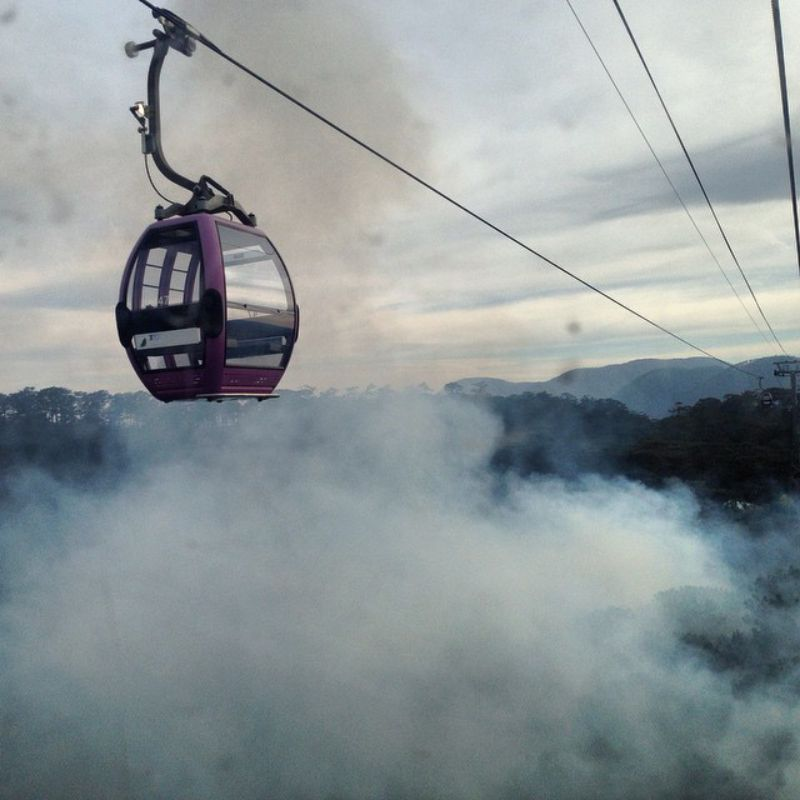 Khung cảnh sương mù phủ vây khi đi cáp treo ở Đà Lạt