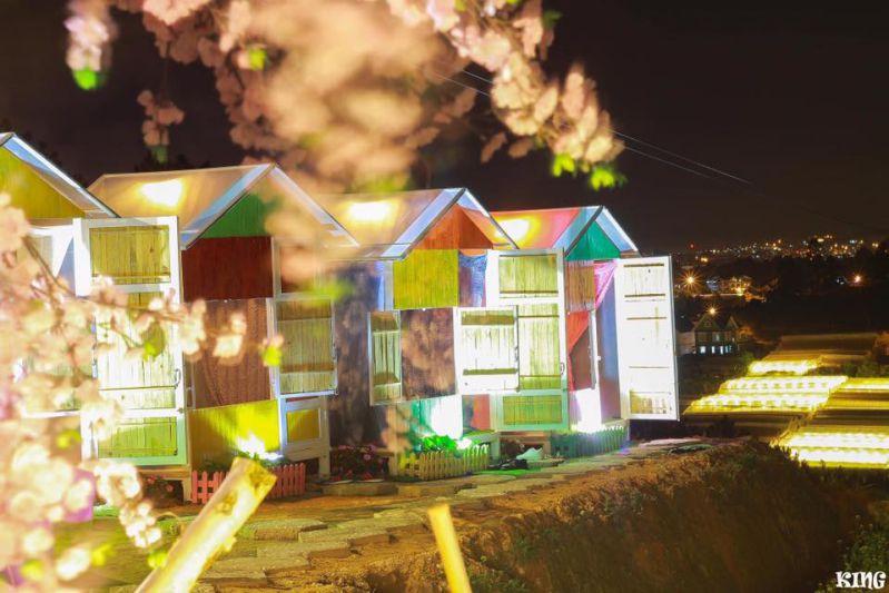 Những ngôi nhà gỗ lung linh trong ánh đèn vàng