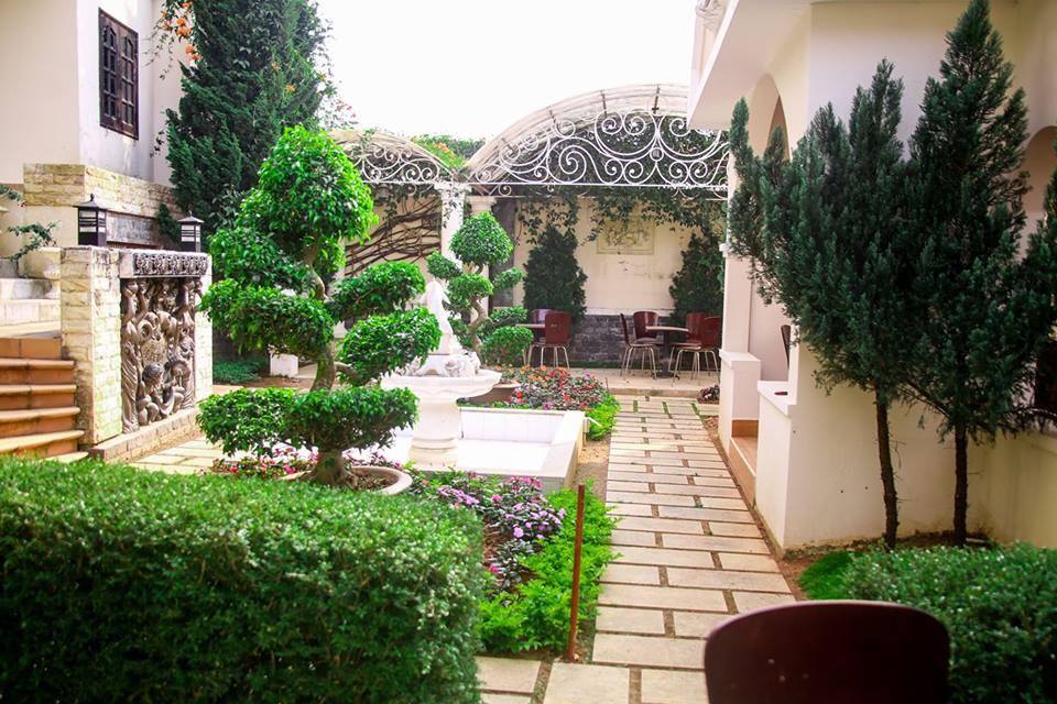 Khuôn viên tại Khách Sạn Le Petit Paris