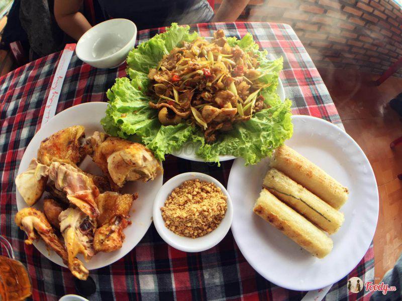 Món cơm lam gà nướng ở quán Hương Rừng Đà Lạt