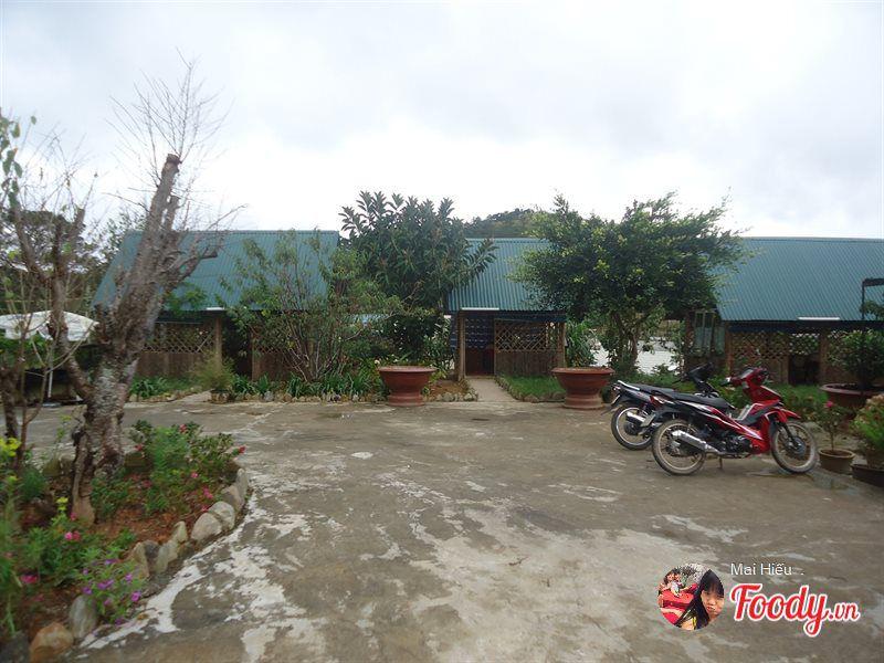 Không gian bên ngoài quán Hương Rừng ở Đà Lạt