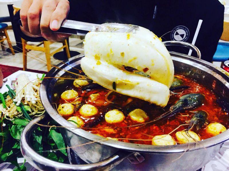 Món lẩu mực khổng lồ quán Khap Bun Kha