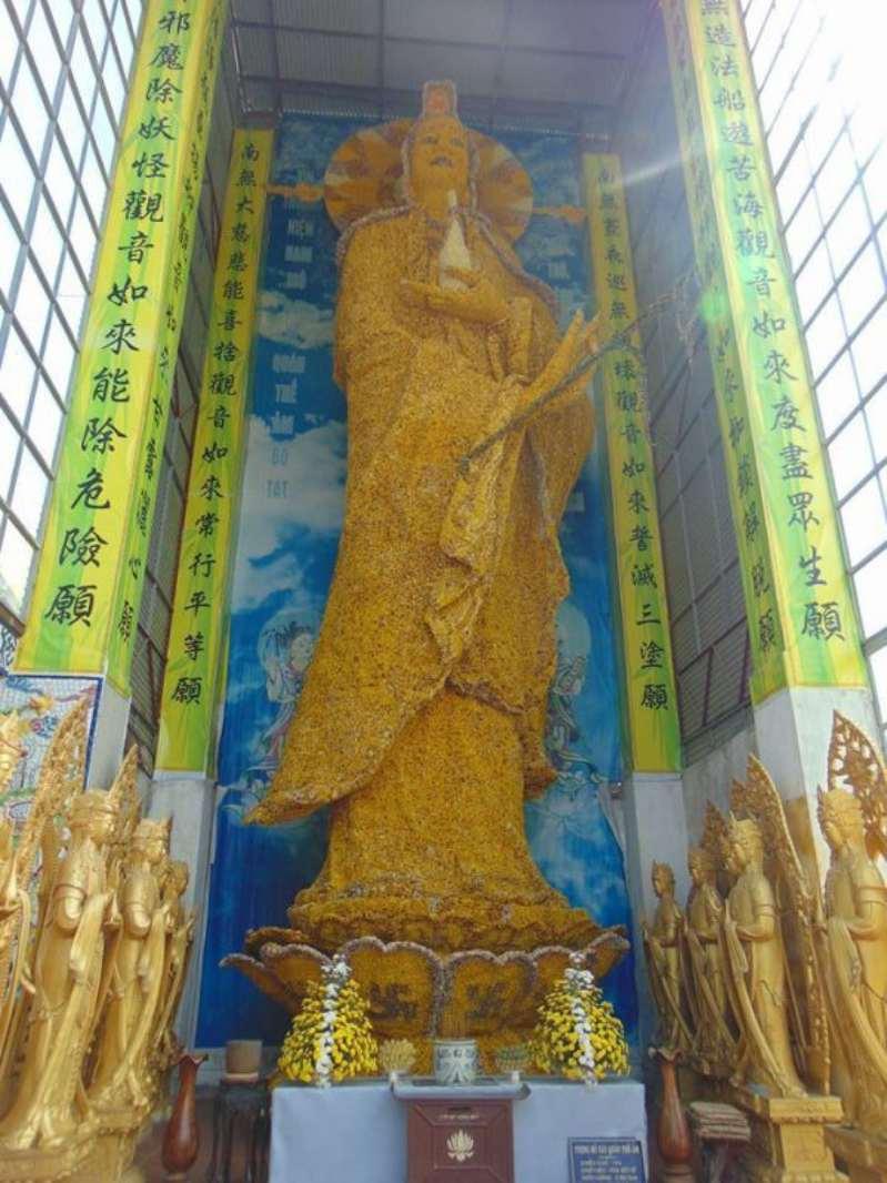 Quan Thế Âm Bồ Tát làm từ hoa bất tử ở Chùa Linh Phước