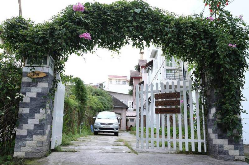 Lối vào Classic Garden Homestay Đà Lạt khá gần chợ