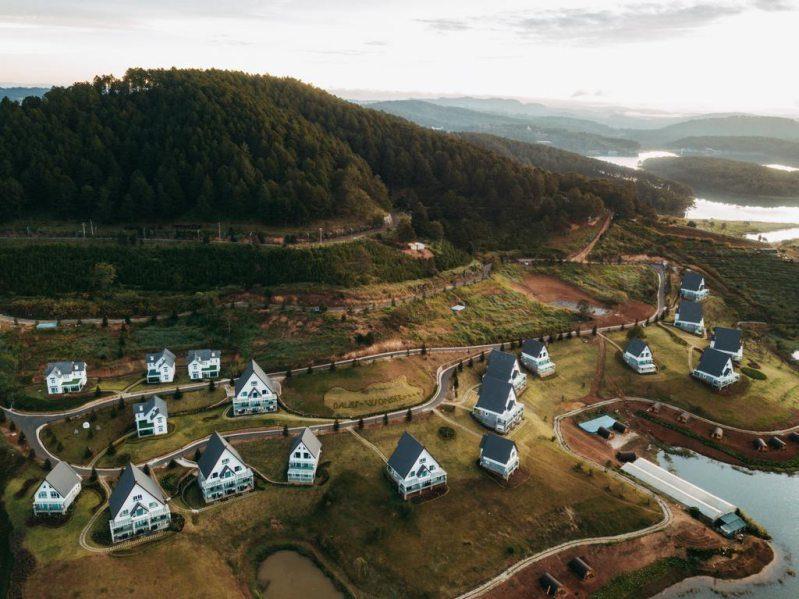 Khu nghỉ dưỡng Dalat Wonder Resort nhìn từ trên cao flycam