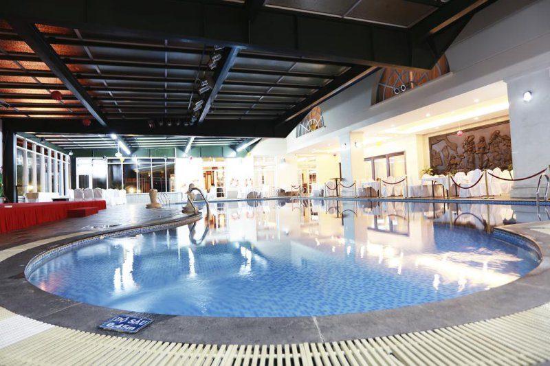 Hồ bơi và sân tenis ở khách sạn Sài Gòn Hotel Đà Lạt