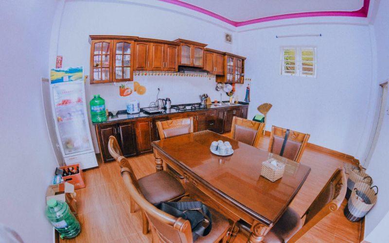 Phòng bếp trong villa Hồng Phai Đà Lạt