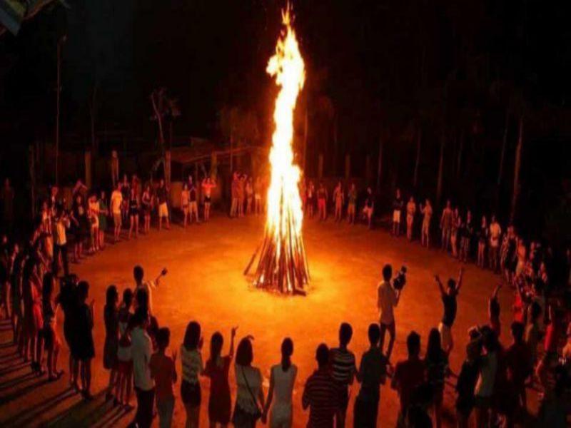 Đốt lửa trong đêm giao lưu cồng chiêng Đà Lạt