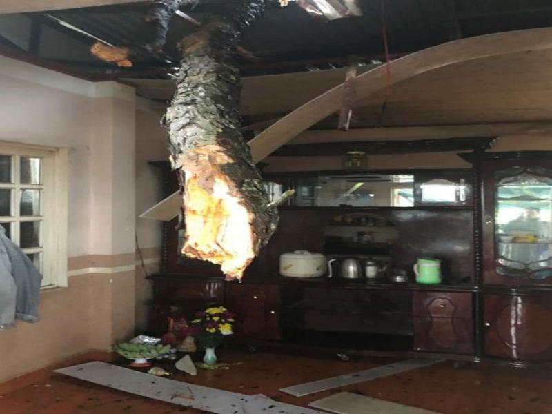 Nhà dân bị tốc mái nước tràn vào nhà