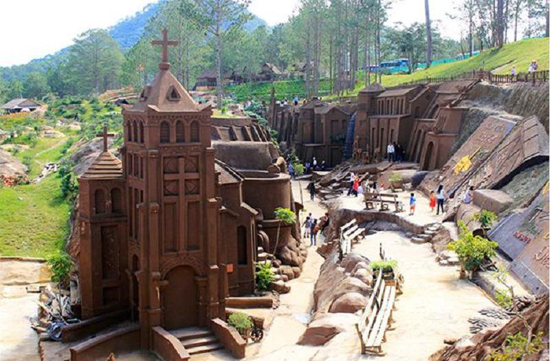 Đường hầm điêu khắc với những ngôi  nhà bằng đất sét
