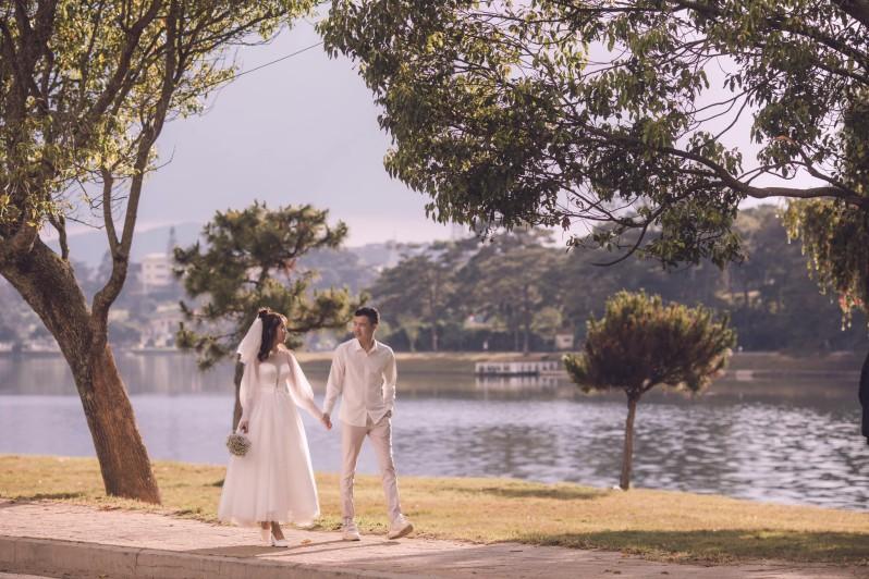 Ảnh cưới bên hồ Xuân Hương ở Đà Lạt