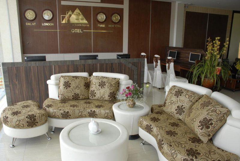 Quầy lễ tân tại khách sạn Phố Núi Đà Lạt