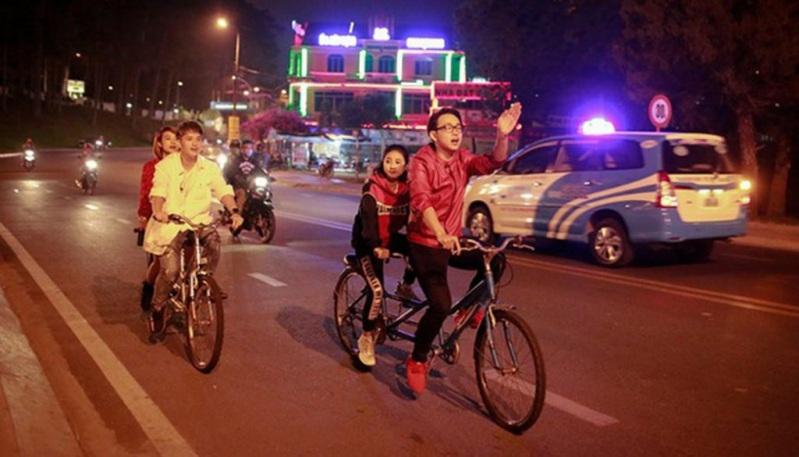 Xe đạp đôi bên hồ Xuân Hương