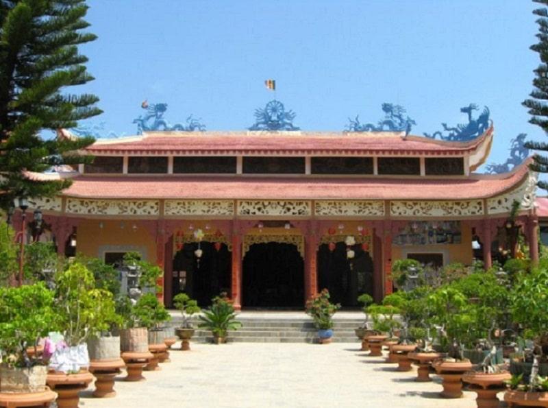 ngôi chánh điện với mái ngói đỏ và trang trí với nhiều hoa văn rồng phụng. Trong khuôn viên với nhiều canh xanh