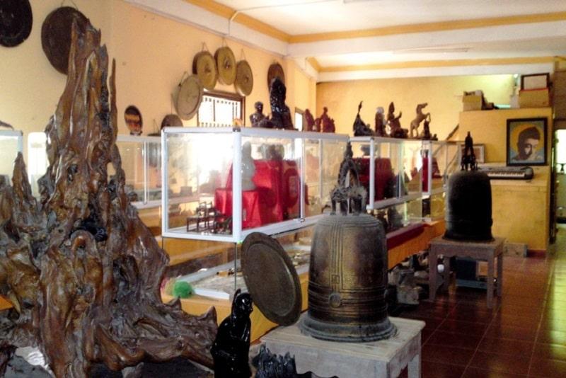 không gian bên trông của bảo tàng ở thiền viện vạn hạnh với nhiều cổ vật