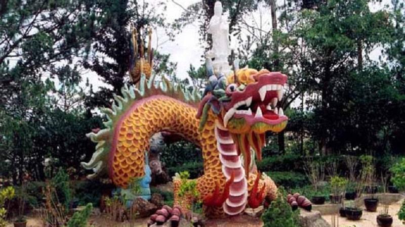 hình ảnh tượng phật Quan Thế Âm ngự trị trên đầu rồng ở khuôn viên
