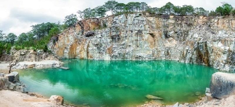 Tuyệt tình cốc đà lạt vắng khắc tham quan trong thời gian đóng cửa, một không gian yên bình với hồ nước và rừng thông xanh