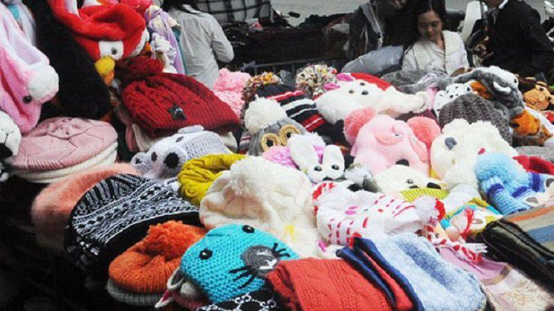 những chiếc mủ len, áo len với đủ sắc màu ở chợ Đà Lạt