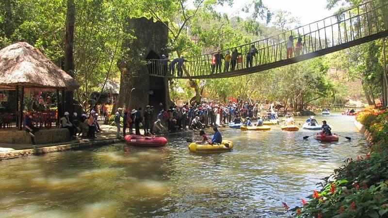 Tham gia hoạt động bơi thuyền bên dòng thác Prenn