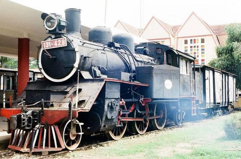 Đầu tàu xe lửa chạy bằng hơi nước được trưng bày ở nhà ga đà lạt