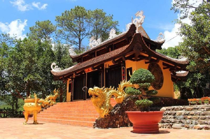khung cảnh đền thờ Âu Lạc tại khu du lịch thác Prenn