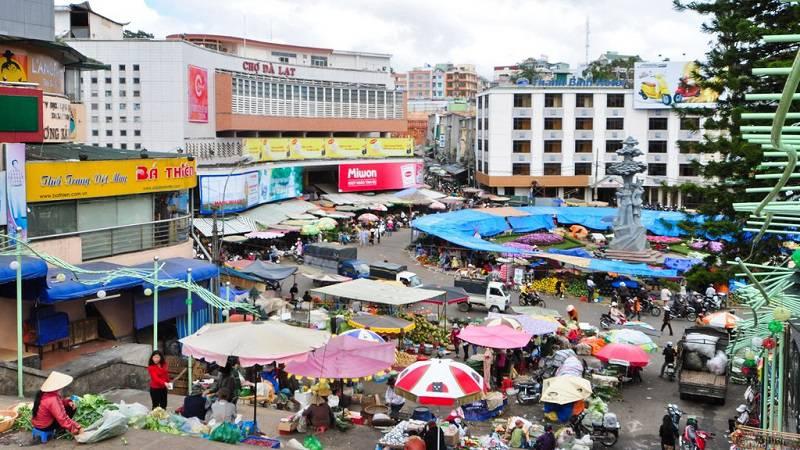 không gian buôn bán tấp nập của chợ Đà Lạt vào buổi ngày