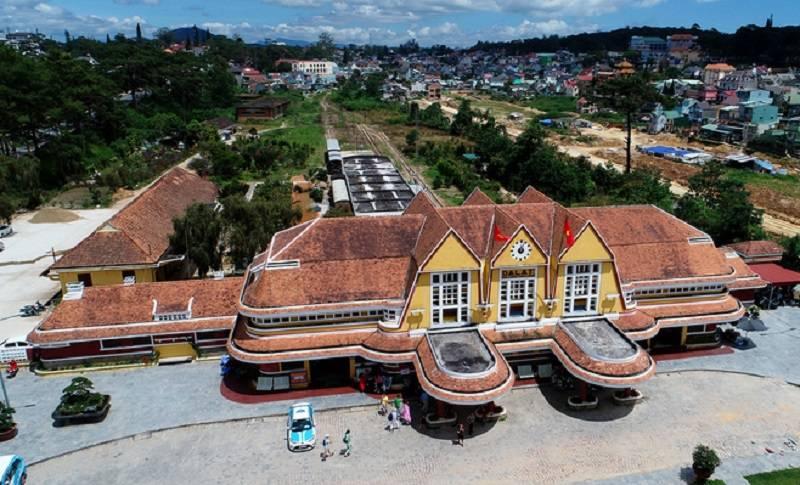 ga đà lạt với thiết kế mang biểu tượng của vùng núi langbiang, với mái nhà gồm 3 chóp đỉnh