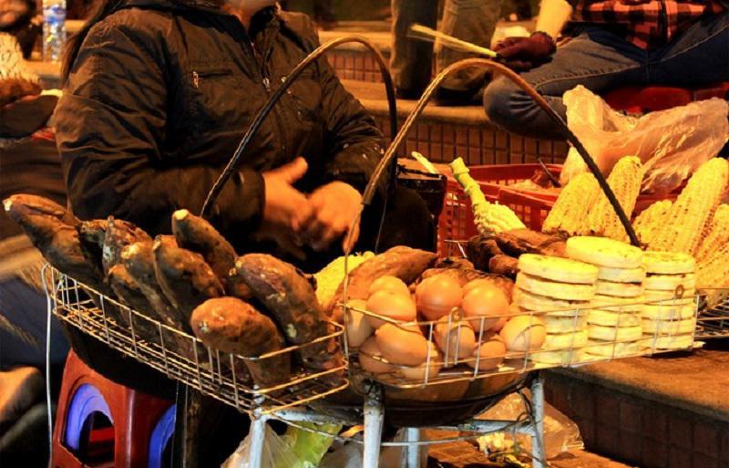 những cũ khoai, trứng nướng thơm lừng ở chợ đêm đà lạt