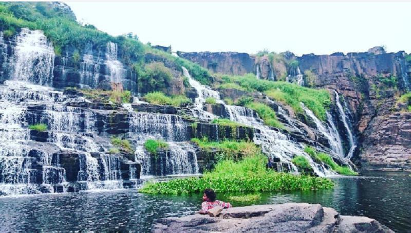 tận hưởng cảm giác mát mẽ bên thác Pongour