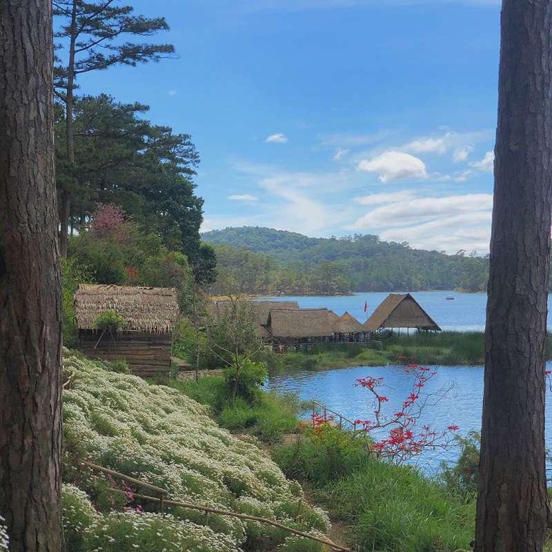 Happy Hill Đà Lạt là một địa điểm tham quan tuyệt đẹp, với rừng thông xanh ngát và hồ nước trong xanh. Nên mang một vẽ đẹp hoang sơ của vùng núi