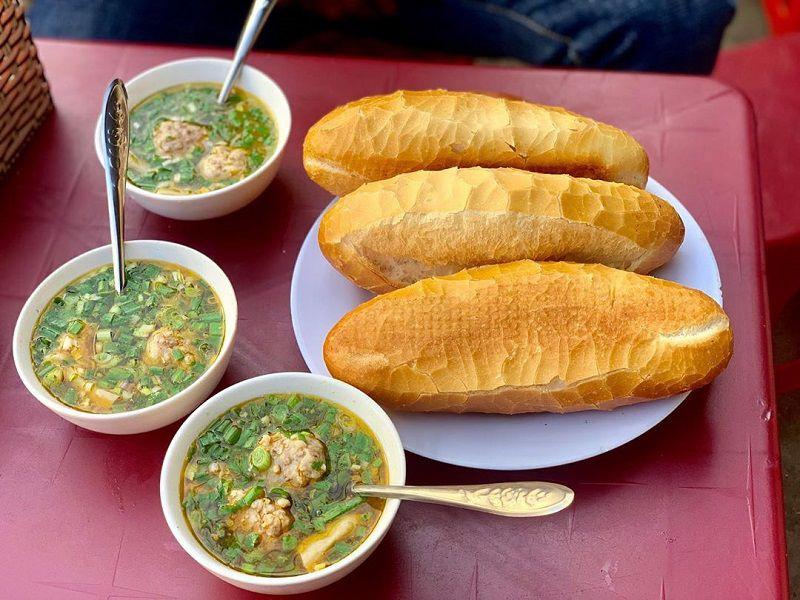 bánh mì xíu mại Đà Lạt với bát súp béo ngậy, bánh mì giòn tan
