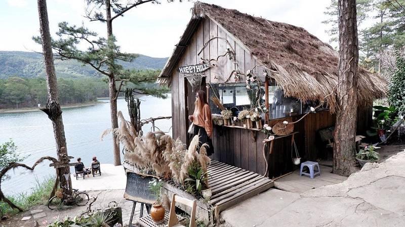 hình ảnh quán cafe Happy Hill đơn sơ, mọc mạc bên bờ hồ