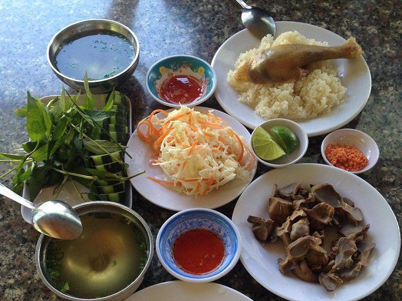 thưởng thức hương vị cơm gà Đà Lạt tại quán cơm gà Hải