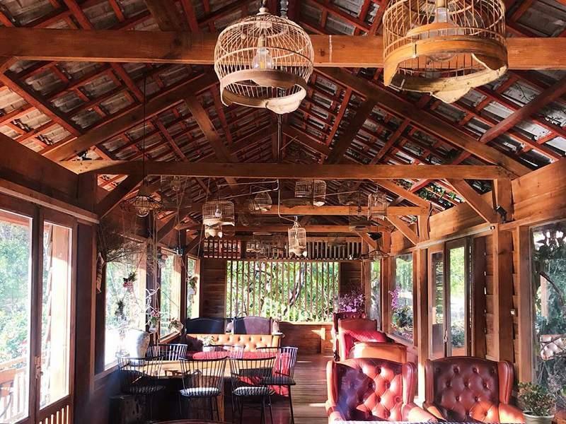 không gian quán cafe Mộc Trà Farm được thiết kế hoàn toàn bằng gỗ