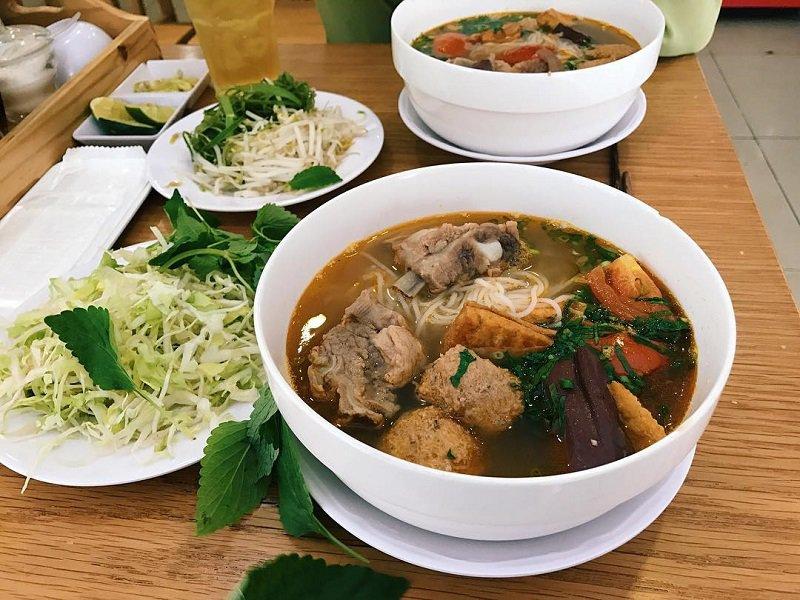 Hình ảnh món bún riêu Đà Lạt thơm ngon với riêu cua và gia vị ăn kèm