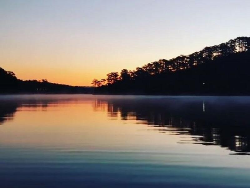 Hồ Tuyền Lâm lung linh trong ánh hoàng hôn