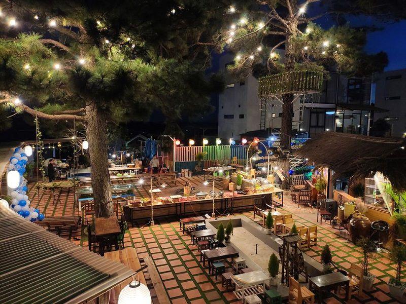 Không gian khu vườn opppa homestay vào buổi tối
