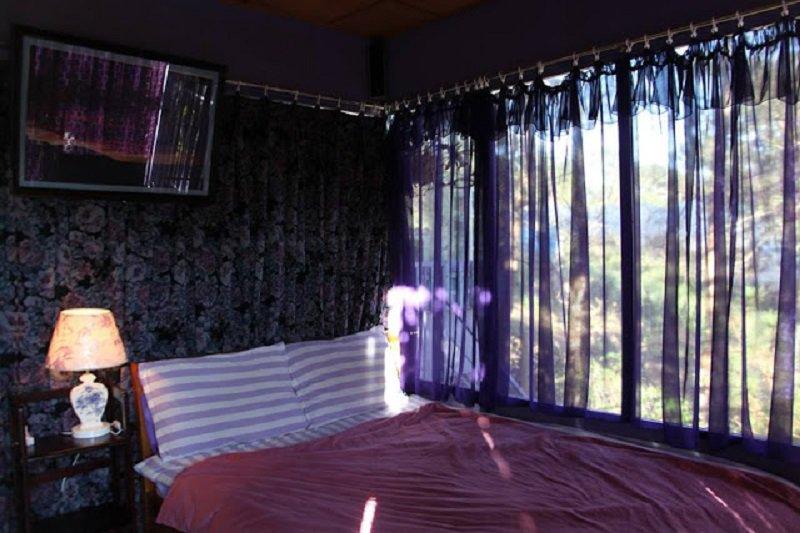 Không gian nội thất bên trong phòng ở Pine Hill homestay Đà Lạt