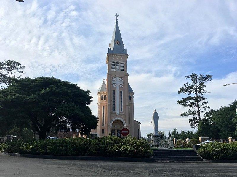Đường đi nhà thờ Con Gà Đà Lạt