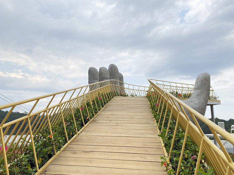 Cây Cầu Vàng tại Bắc Thang Lên Hỏi Ông Trời
