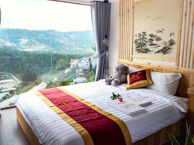 LengKeng homestay có phòng ngủ với cửa kính nhìn ra thung lũng