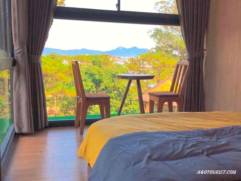 Phòng ngủ lãng mạn với view rừng thông nguyên sinh